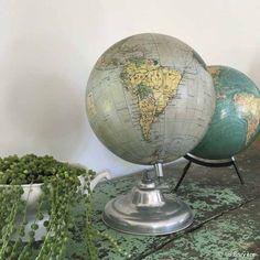 Globe terrestre. CARTE TARIDE, années 50's. Piètement en aluminium. Socle : 18 cm de diamètre - Globe : 22 cm de diamètre. Globes, Old Things, Decorations, Childhood, Nostalgia, Dekoration, Globe, Ornaments, Decor