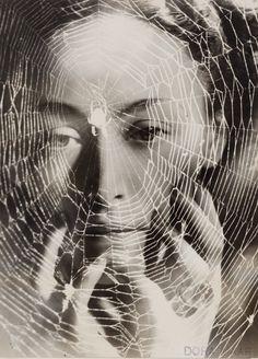 The Years Lie in Wait for You (Dora Maar, 1936, foto de nusch eluard)