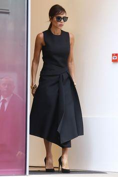 Виктория Бекхэм в Victoria Beckham в Лондоне - мода, красота, украшения, новости, тренды, коллекции брендов одежды, обуви и аксессуаров: все новинки в онлайн-версии журнала Vogue.