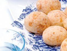 Braziliaanse kaasbroodjesVerwarm de oven voor op 180 graden.   Mocht het cassavemeel niet los zijn, zeef het dan eerst. Breng de melk met de olie en het zout aan de kook in een pan. Voeg al roerend het cassavemeel toe. Als