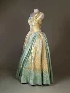 Dieses hellblaue und goldfarbene Abendkleid von Sir Norman Hartnell wurde Ende...