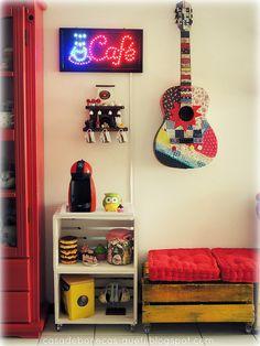 Dias desses folheando uma revista de decoração, vi uma casa que tinha uma cafeteira dolce gusto que ficava na sala. Achei a ideia bem int...