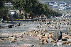 07.05 Les rues de Soweto portent les stigmates d'une manifestation qui a eu lieu le matin. Dans cette banlieue Johannesburg, la population protestait contre les tarifs de l'électricité.Photo: AFP/Mujahid Safodien