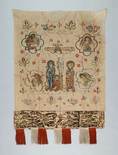 Centerpiece (Substratorium) (altar cloth), c. 1451-1500, Gdansk (?), Materials / Techniques: linen, silk embroidery and appliqué, silk embroidered ribbon-like trim strips, edging lines of red, green, white silk fringe, Dimensions: H. 98 cm, w 75 cm