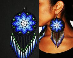 Exquisite Huichol and Contemporary Tribal Jewelry! Beaded Earrings Patterns, Beading Patterns, Beaded Jewelry, Crochet Earrings, Beaded Bracelets, Native American Earrings, Native American Crafts, Native American Beading, Seed Bead Art