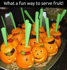 Halloween fruit tray Comida De Halloween Ideas, Halloween Fruit, Healthy Halloween Treats, Fete Halloween, Halloween Goodies, Halloween Celebration, Halloween Food For Party, Holidays Halloween, Halloween Kids
