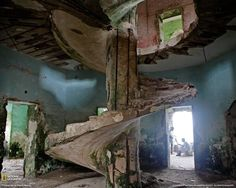 The abandoned Italian lighthouse perched on the edge of the Indian Ocean in Mogadishu's Old Harbor, Mogadishu, Somalia. http://www.michaeljohngrist.com/wp-content/uploads/2011/abandoned-lighthouses/abandoned-lighthouse26.jpg