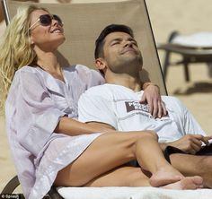 Life's a beach for Kelly Ripa as she shows off her perfect pins on holiday in Hawaii with husband Mark Consuelos Celebrity Feet, Celebrity Couples, Celebrity Pictures, Celebrity Style, Kelly Ripa Show, Kelly Ripa Feet, Kelly Ripa Bikini, Kelly Ripa Mark Consuelos, Michael Strahan
