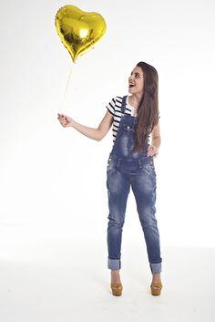 Macacão jeans e listras