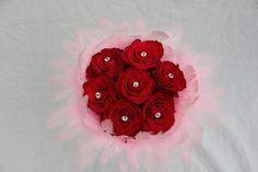 Rudé růže s kamínky a růžovým peřím. Ideální k vyznání lásky. Moya Flowers