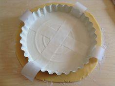 Per estrarre facilmente la crostata: imburrare e infarinare la teglia e incrociare due strisce di carta forno. Cotta la crostata estrarla sollevandola dai lembi di carta forno che fuoriescono.