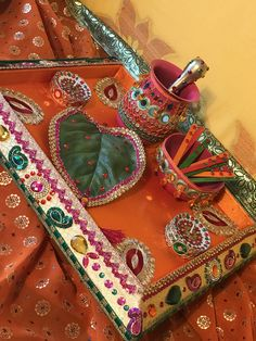 A oil and mehndi tray. Diy Mehndi Decorations, Mehendi Decor Ideas, Thali Decoration Ideas, Home Wedding Decorations, Stage Decorations, Indian Wedding Gifts, Desi Wedding Decor, Wedding Mandap, Pakistani Mehndi Decor