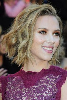 Scarlett Johanssons messy, wavy hairstyle