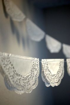 DIY garland of paper lace doilies. Paper Doilies, Paper Lace, Doily Garland, Doily Bunting, Party Bunting, Partys, Chic Wedding, Wedding Ideas, Diy Party