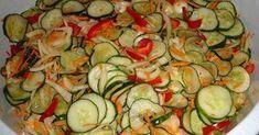 Umyte , nieobrane ogórki pokroić w plastry, cebulę w cienkie plasterki.Ogórki i cebulę wymieszać z solą i pozostawić na godzinę.Po tym czasie zlać nadmiar soku, ale nie odciskać. Dodać startą na tarce o grybych oczkach marchew, paprykę pokrojoną w kostkę lub jak ktoś woli w paski i Zucchini, Vegetables, Food, Preserve, Canning, Chef Recipes, Cooking, Essen, Vegetable Recipes