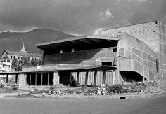 Teatro Pablo Tobon en construccion, 1966 aprox Opera House, Building, Travel, Lakes, Colombia, Jungles, Beautiful Landscapes, Antique Photos, Waterfalls