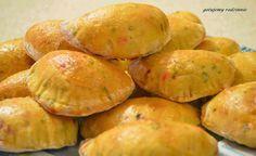 """Pierogi z piekarnika z farszem z buraków i sera feta = Składniki (porcja na ok. 40 pierogów):   Ciasto: - 3 i 1/2 szklanki mąki - 40 gram drożdży - 1 i 1/2 szklanki ciepłego mleka - 1 jajko - pół łyżeczki soli - pół łyżeczki cukru - 3 łyżki oleju - łyżeczka czosnku niedźwiedziego - łyżeczka słodkiej papryki - jajko + łyżka mleka – do posmarowania pierogów przed pieczeniem  Drożdże należy rozpuścić w ciepłym mleku z dodatkiem cukru i łyżki mąki. Poczekać, aż zaczną """"rosnąć"""". Do miski przesiać… How To Cook Dumplings, Pierogi, Calzone, Ravioli, Potatoes, Vegetables, Cooking, Feta, Recipes"""