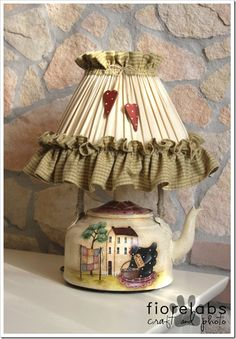 Look at this magnificent photo - what a creative design Country Crafts, Country Decor, Teapot Lamp, Bedside Lamps Shades, Country Paintings, Diy Décoration, Transitional Decor, Primitive Crafts, Vintage Pottery