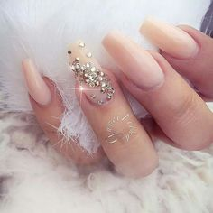 False nails have the advantage of offering a manicure worthy of the most advanced backstage and to hold longer than a simple nail polish. The problem is how to remove them without damaging your nails. Sexy Nails, Prom Nails, Bling Nails, Nude Nails, Acrylic Nails, Rhinestone Nails, Coffin Nails, Fabulous Nails, Gorgeous Nails