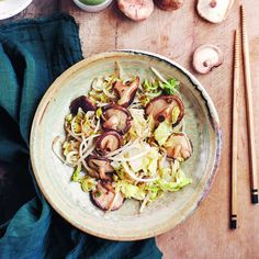 Lekker recept gevonden: Geroerbakte Chinese kool, shiitakes en taugé Boat Food, Veggie Dishes, I Love Food, Healthy Recipes, Healthy Food, Cabbage, Food And Drink, Asian, Dinner