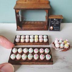 * miniature icing cupcake showcase * . . ショーケースに飾るカップケーキやっと完成しました😊🎶 . カップケーキは最後の仕上げに紙を表現するためにカップ部分は時間をかけて加工しています👓 . このようにトレーごとショーケースから出せるのでディスプレイしやすいです。 . カップケーキは仮止めのみなので並べかえたりも出来ます。 . まだこれからショーケースに飾る小さなマカロンタワーを作ります💪 . . #miniatures #miniature #dollhouse #handmade #handicraft #polymerclay #miniaturesweets #miniaturefood #icingcupcakes #icing #cupcake #cupcakeshop #sweets #cute #dailypic #ミニチュア #ドールハウス #ミニチュアフード #ミニチュアスイーツ #てづくり #ハンドメイド #ハンドメイド雑貨 #雑貨 #アイシングカップケーキ #カップケーキ #スイーツ #かわいい #日記