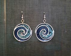 spiral earrings made with nespresso pods by Stequadro on Etsy Aluminum Wire Jewelry, Plastic Jewelry, Bracelet Crafts, Jewelry Crafts, Dosette Nespresso, Beaded Jewelry Patterns, Bijoux Diy, Diy Earrings, Polymer Clay Jewelry