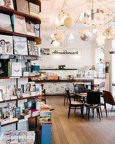 Bücherwurm: Das sind Wiens schönste und außergwöhnlichste Buchhandlungen | Wienerin Restaurant Bar, Restaurant Design, Hipster Cafe, Library Cafe, Library Ideas, Vienna Waits For You, Cool Retail, Salons Cosy, Café Bar