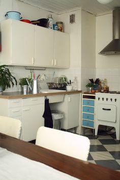 kitchen Old Kitchen, Kitchen Reno, Vintage Kitchen, Kitchen Dining, Retro Vintage, Kitchen Cabinets, Dining Room, Kitchen Ideas, Kitchen Nightmares