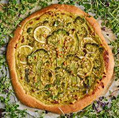 Pizzapohjan maun salaisuus on hidas kohotus. Siksi se leivotaan kylmään veteen. Vegetable Pizza, Pesto, Vegetables, Recipes, Food, Kitchen, Cooking, Recipies, Essen