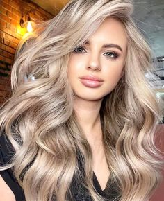 Amazing Beige Blonde Hair Color Trends for Women 2020 Blonde Hair Looks, Brown Blonde Hair, Blonde Honey, Makeup For Blonde Hair, Blonde Hair Lowlights, Highlighted Blonde Hair, Blonde Fall Hair Color, Perfect Blonde Hair, Balayage Hair Blonde Medium