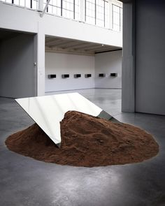 Dirt and mirror work by Robert Smithson at Dia:Beacon (w/ some Judd works in the background) Dia Beacon, Robert Smithson, Instalation Art, La Madone, Metal Earth, Flower Installation, Digital Art Gallery, New Media Art, Whitney Museum