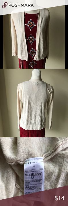 Simple Old Navy cream cardigan EUC cardigan from Old Navy. Size medium. Absolutely nothing wrong with it, I just don't have a need for it. It's lightweight. Perfect for work or church. Offers are welcome! Old Navy Sweaters Cardigans