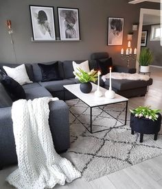 Este posibil ca imaginea să conţină: 1 persoană, sufragerie, masă şi interior Navy Living Rooms, Living Room Decor Cozy, Home Living Room, Living Room Designs, Navy Blue And Grey Living Room, Cozy Living, Living Room Sectional, Dark Sofa Living Room, Living Room Inspiration