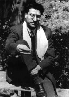CESARE PAVESE (1908-1950) inició su obra de escritor con la publicación del poemario Trabajar cansa (1936), con el que se opuso a la poesía hermética italiana. Perteneció a la generación neorrealista italiana. Su obra narrativa, de un lúcido realismo, plasma el mundo rural y la vida social contemporánea.