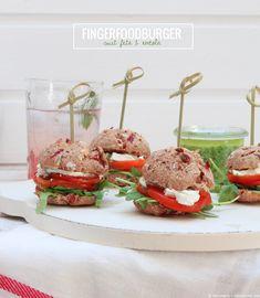 Fingerfoodburger mit Feta, Tomate und Rucola