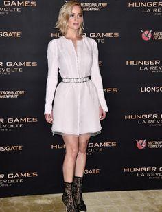 Jennifer Lawrence com look Louis Vuitton na coletiva de imprensa de Jogos Vorazes - A Esperança parte 2   Jen Law white dress on Mockingjay Part 2 photocall/ Hunger Games