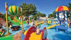 Camping La Baume - Côte d'Azur - Frankrijk - Er is een overdekt zwembad en een peuterbad vol vrolijk gekleurde speeltoestellen.