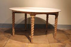 Antiker Runder Tisch aus geblichenem Nussbaum 2
