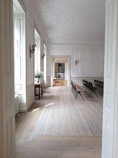 flooring vosgesparis: An historical mansion Flooring For Stairs, Living Room Flooring, Timber Flooring, Parquet Flooring, Light Wood Flooring, White Wood Floors, Wood Floor Design, Wood Floor Pattern, Floor Patterns