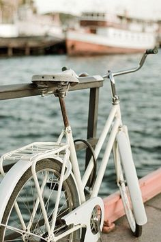 Gorgeous white vintage bike, always wanted one of these.