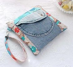 Recycled Denim Pocket Pouch: no link Denim Handbags, Denim Tote Bags, Denim Purse, Denim Ideas, Denim Crafts, Recycled Denim, Purse Patterns, Fabric Bags, Beautiful Bags