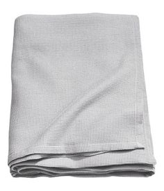 Light gray. Woven bedspread in a cotton-blend fabric with a waffle texture.
