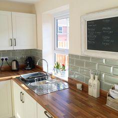 Cheap diy backsplash cheap kitchen ideas you should see 1 diy cheap bathroom backsplash . Kitchen Interior, Kitchen Design Small, Kitchen Remodel, Kitchen Decor, Trendy Kitchen Tile, New Kitchen, Diy Backsplash, Kitchen Tiles Backsplash, Kitchen Design