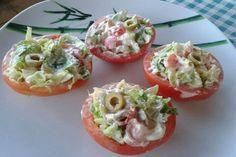 I pomodori ripieni di insalata sono un'idea fresca e originale per servire un contorno di verdura. Ottimi anche come antipasto.