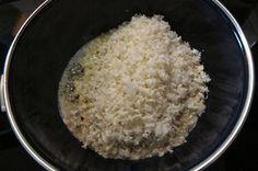 Blumenkohlreis -lowcarb/paleo- Rezept Mittagessen, Abendessen - Gesund Abnehmen! Low carb, wenig Kohlenhydrate und viel Fett! Blumenkohl-Reis  ist eine paleokonforme und zugleich kohlenhydratarme Alternative zu Getreide-Reis, denn er enthält pro 100g  lediglich 2,3g Kohlenhydrate. Blumenkohl entwickelt beim Braten keinen typischen Kohlgeruch, der Geschmack bleibt sehr neutral. Man kann bei der Zubereitung mit verschiedenen Fetten variieren und erhält jeweils eine andere Geschmacksrichtung…