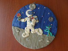 No fue exactamente como sucedió cuando el hombre llego a la luna, pero lo importante es que quedo bonito jeje :D. Es un cuadro de plastilina echo sobre madera ;)