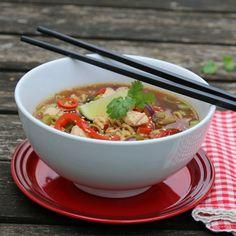 KYLLINGSUPPE MED NUDLER, PAPRIKA OG CHILI Frisk, Ramen, Wok, Food To Make, Chili, Sushi, Food And Drink, Homemade, Dinner