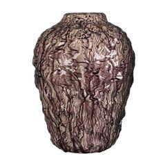 Een paarse gekreukelde vaas