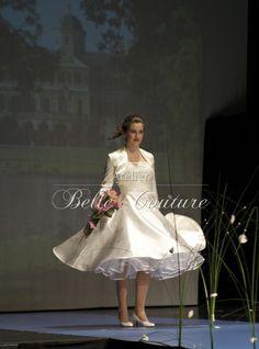 Wunderschönes Brautkleid im Stil der 50er Jahre.  Das helle cremefarbene Kleid besteht aus einem edel schimmernen Brautsatin. Das Corsagenteil i...