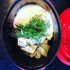Iniciando o preparo do molho de dois queijos ao perfume de tomilho que será servido a pasta rigatoni no almoço, que o #chefnascimento está servindo na #vinhoearte.